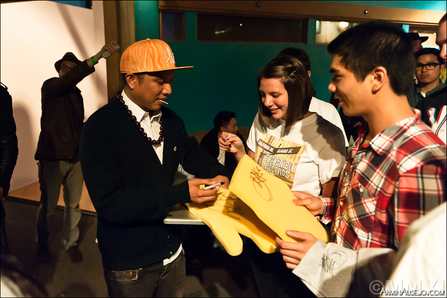 Geo signing autographs